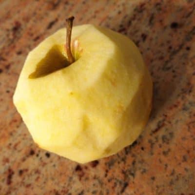 mela di Calabria sbucciata